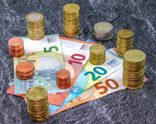 bankovky, eura, sloupce mincí