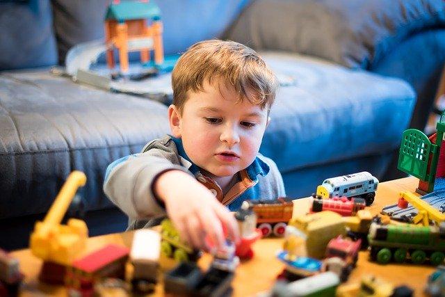 dítě s hračkami