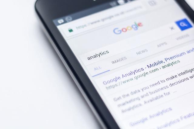 mobilní telefon s výsledkovou stránkou Google