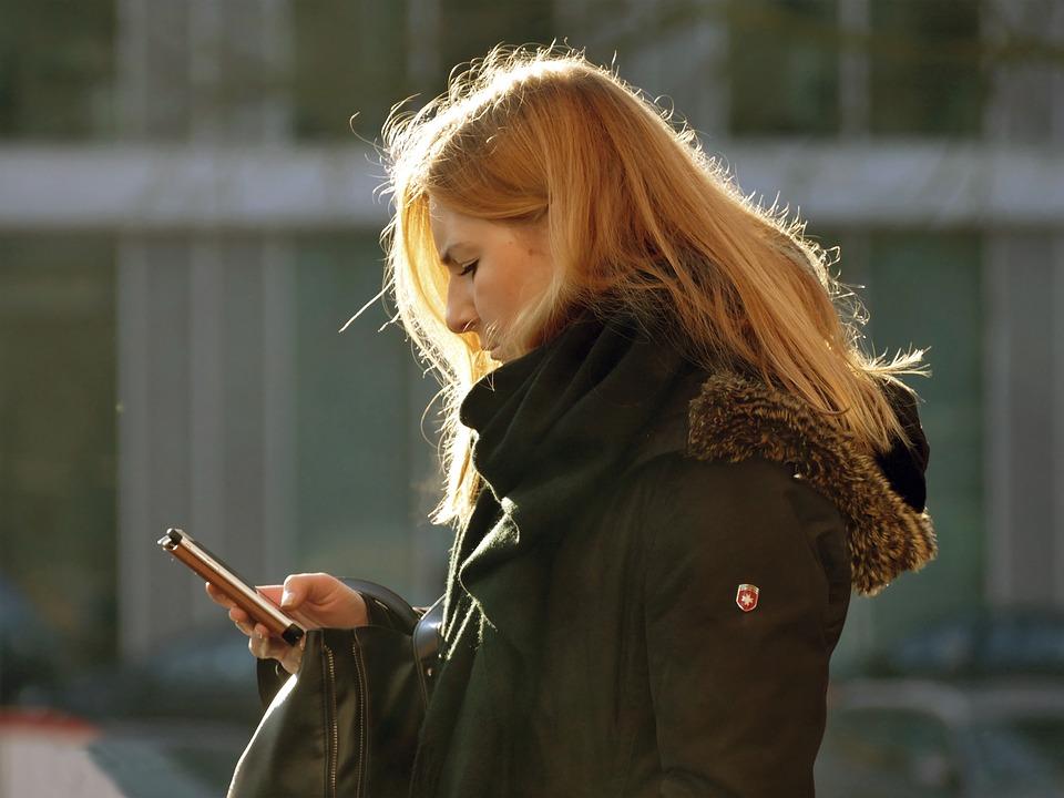 žena s mobilem v obalu